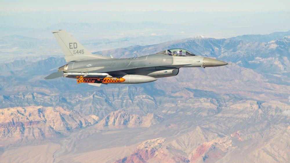 Et F-16 fra flybasen Edwards bærer et JSM-testmissil over skytefeltet i Utah
