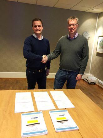 Havyard verft i Leirvik i Sogn og Fjordane skal bygge tre elferger for Fjord1. Kontrakten ble signer av salgsdirektør i Havyard Ship Technology, Lars Conrad Andersen (t.v.) og teknisk direktør Arild Austrheim i Fjord1.