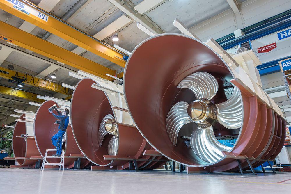 Fire Brunvoll FU115 tunnelthrustere til et cruisefartøy. FU115 erforeløpig den største tunnelthrusteren i  sortiment. Hver har en effekt på 3500kW og veier ca. 34 tonn.