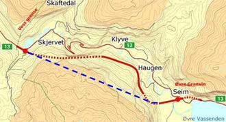 Den blå, stiplede streken viser forslaget Rønaug tegnet opp, og er det som til slutt ble bygget. Den røde linjen viser forslaget som først ble regulert.