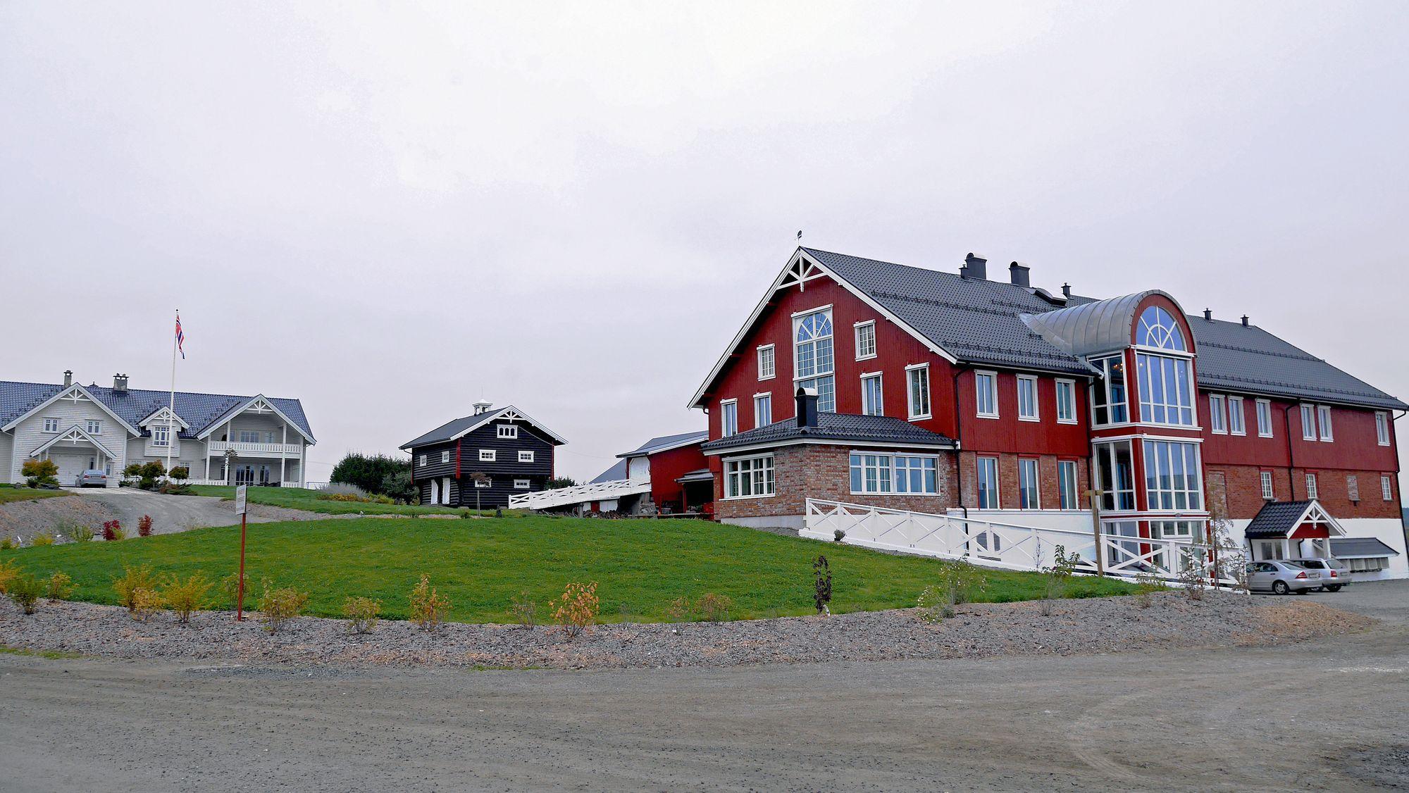 LÅVEN: I denne låven har ekteparet Kirkeby laget sitt eget konferansehotell. Til høyre for bygget er grisehuset med 1000 griser.