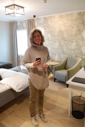 GJØR DET SELV: I tillegg til å være eier og daglig leder, er også Stine Kirkeby fast resepsjonist og alt-mulig-dame. Her sjekker hun et av rommene.