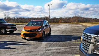 Opel Ampera-e og konsernsøsknene Chevy Suburban (nærmest) og Silverado befinner seg i hver sin ende av GM-porteføljen.