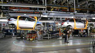 Batteriet kommer trillende på en robot bort til stasjonen der en Chevy Sonic nettopp har fått innmontert en 1,4-liters bensinmotor.