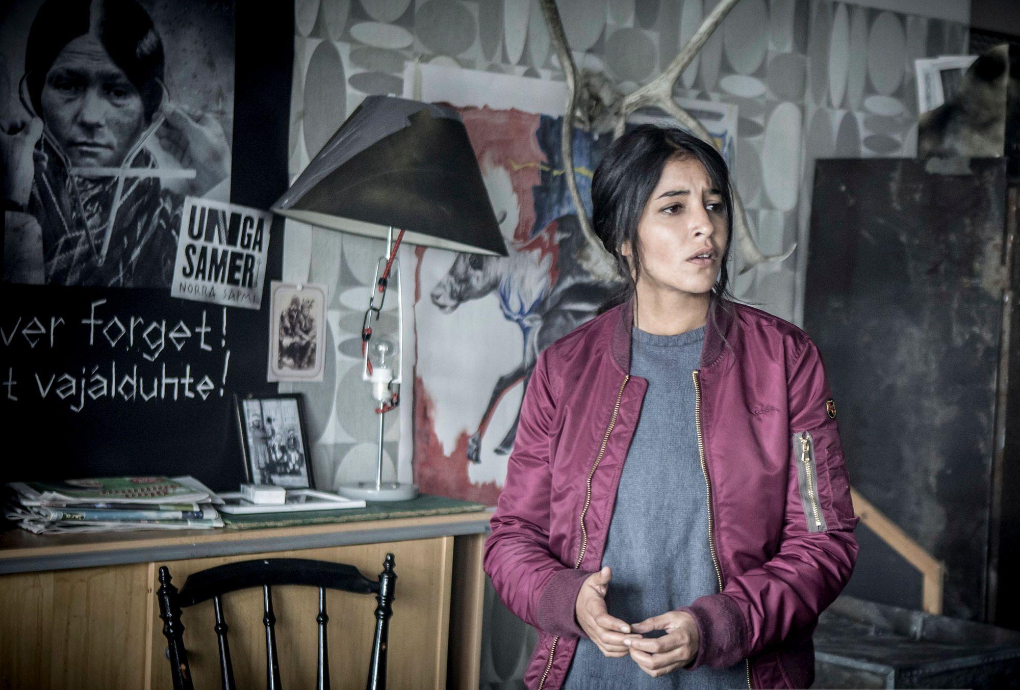 """Leila Bekhti spiller den franske politietterforskeren Kahina Zadi, og måtte lære seg engelsk for """"Midnattssol""""-innsatsen."""