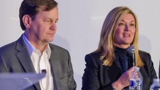 Mike Ableton og Pam Fletcher på en pressekonferanse på GM-hovedkvarteret i Detroit.