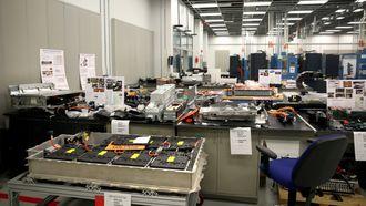 Her har GM-ingeniørene skrudd fra hverandre det som finnes av konkurrentbatterier.