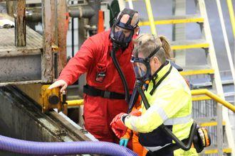 Det er ekstra strenge krav til helse, miljø og sikkerhet ved arbeid med hybridoljer. Alle må bruke masker og bære målere på seg.