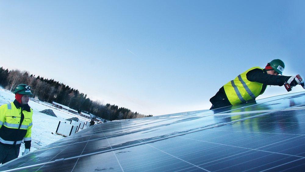 I Sverige kan privatpersoner få støtte til batterier for å lage egenprodusert strøm. På bildet ser vi installasjon av solceller i Arvika i Sverige.