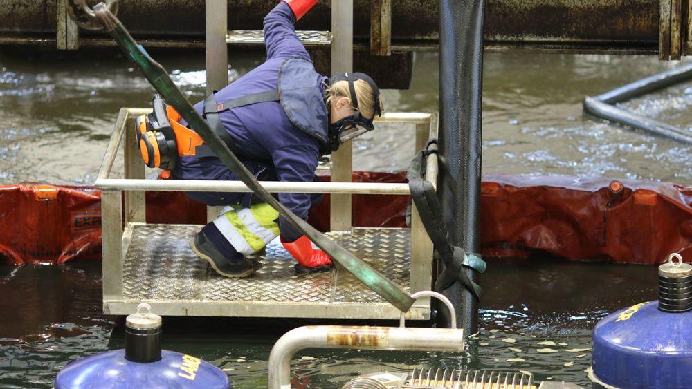 Gjennom tester i bassenget i Horten får Kystverket mer kunnskap om hvordan diesel og hybride oljetyper oppfører seg når de blir sluppet ut til sjøen og skal tas opp eller fjernes.