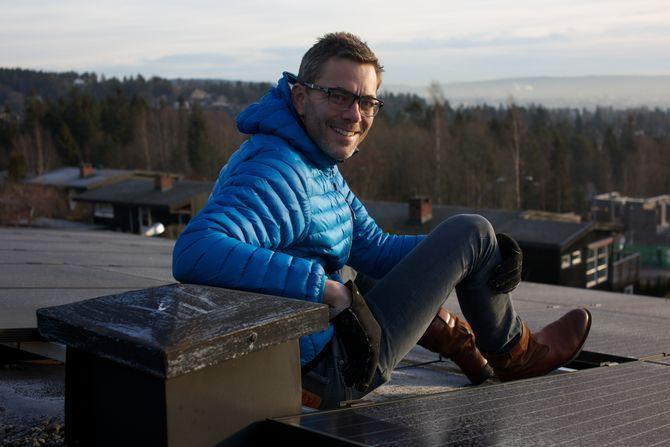 Solcelletak: På taket sitt i Holmenkollen har Andreas Thorsheim 35 paneler med monokrystallinske Trina Solar-paneler, og tre invertere fra SolarEdge. Anlegget ble montert opp i mai i år, og var et av mange anlegg Otovo monterte opp i Oslo før sommeren i fjor. Anlegget produserer omlag 8500 kWh per år.