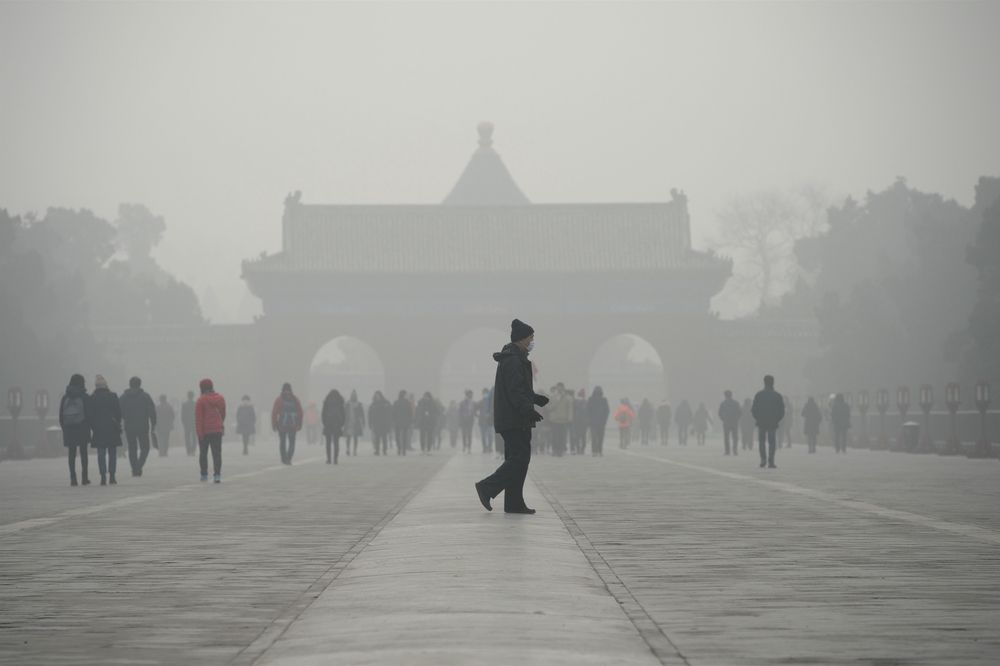Vendepunktet for miljømessige forbedringer kommer «i nesten alle tilfeller» når land oppnår en årlig inntekt per capita på omkring 17-18.000 dollar.Heaven park in Beijing on December 20, 2016. Heavy smog suffocated northeast China for a fifth day on December 20, with hundreds of flights cancelled and road and rail transport grinding to a halt under the low visibility conditions. / AFP PHOTO / WANG ZHAO