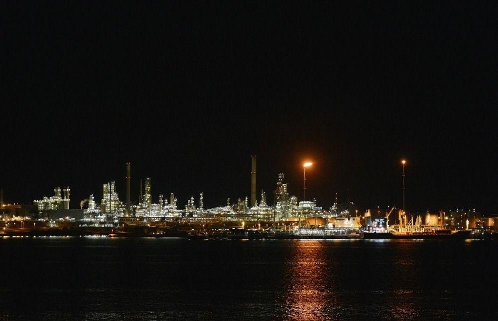 Midt på natta logger inderen seg inn på serveren til oljegiganten og restarter en server som styrer bensinblandingen til et tankskip som er i gang med lastingen av 50 000 000 liter drivstoff.