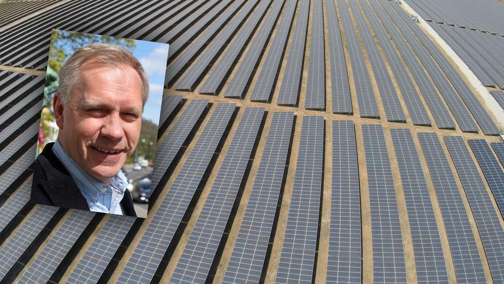 Konsernsjef Raymond Carlsen studerte solenergi i USA på 1980-tallet. I bakgrunnen Scatec Solars Agua Fria-solkraftverk på 60 MW  i Honduras.