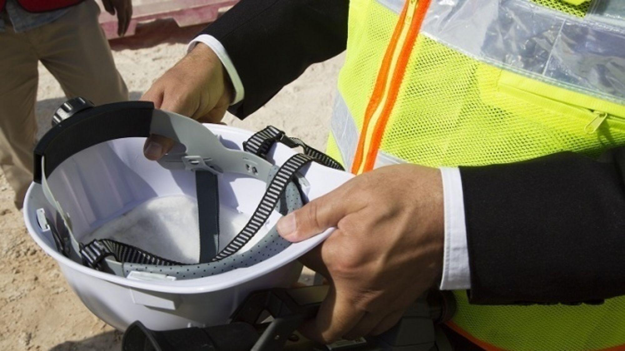 Denne hjelmen skal kjøle ned varme byggearbeidere frem mot fotball-VM i Qatar i 2022.