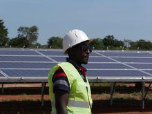 Ambrose Kamukama jobber ved den nyåpnede solparken i Soroti i Uganda, som er Øst-Afrikas største.