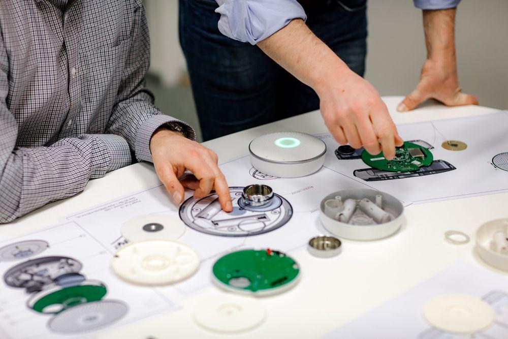 Norsk teknologi og design: Airthings har lansert en ny, smart radonmåler. Den varsler deg via lys, lyd, på mobiltelefonen og på epost når radonnivået er for høyt. Måleren er designet av EGGS Design.
