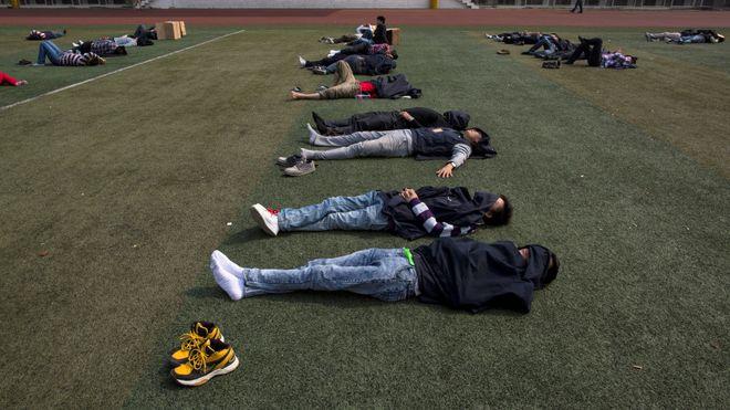 Her sover Foxconn-arbeiderne i lunsjen. Snart blir nesten alle erstattet av roboter uten behov for pauser
