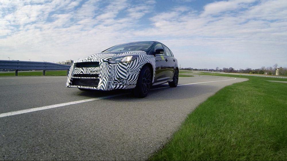 SE BRA PÅ MEG: Ford Focus RS med sebrafront testes på sommerføre.