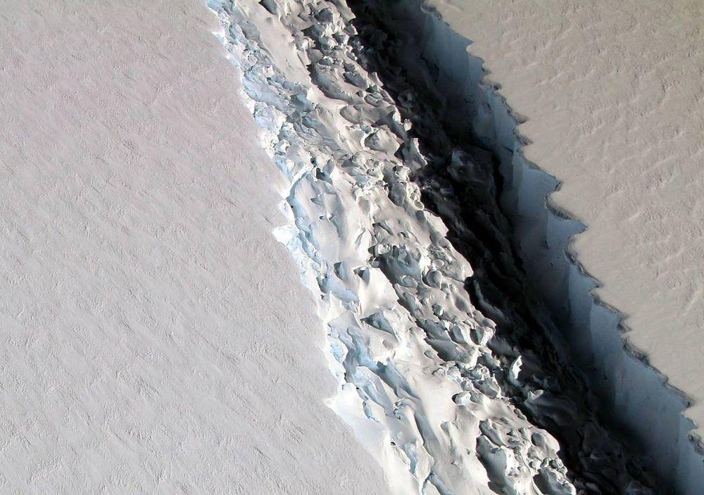 Et flyfoto av den elleve mil lange issprekken langs Larsen C.