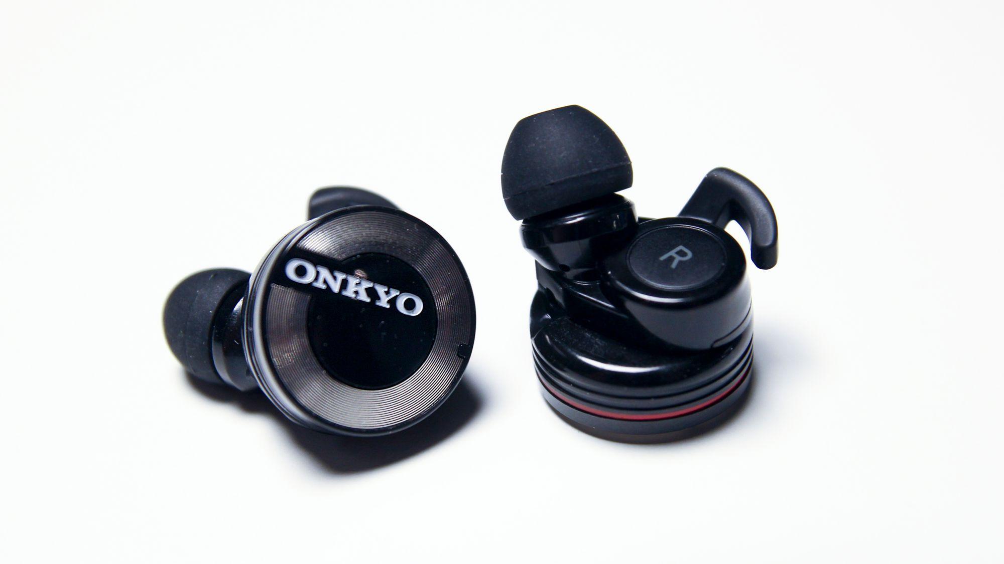 onkyo w800bt. onkyo w800bt er rimelig store plugger, men sitter likevel godt i øret. de har w800bt