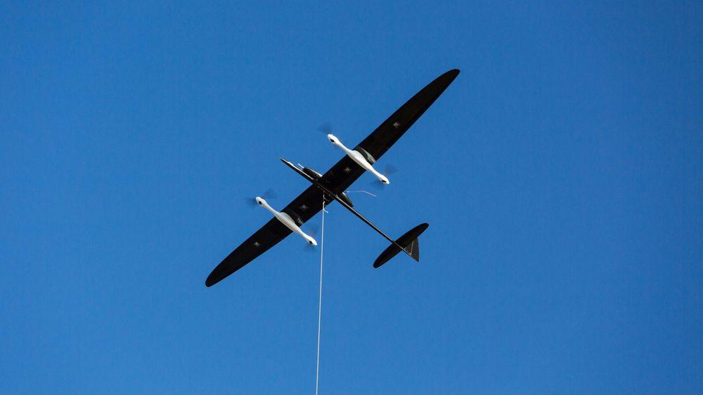Kiten flyr i sirkler og driver en turbin på bakken som genererer elektrisitet.