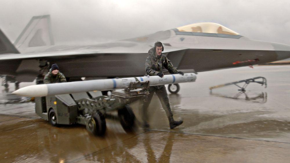 Et amerikansk F-22A Raptor kampfly klargjøres med AIM-120C Amraam. Dette Raytheon-missilet hadde to års produksjonsstans før Nammo overtok som eneleverandør av motorer.