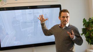 Fredrik skryter uhemmet av produktet de norske kollegene har utviklet. Nå lanserer Cisco det i hele verden