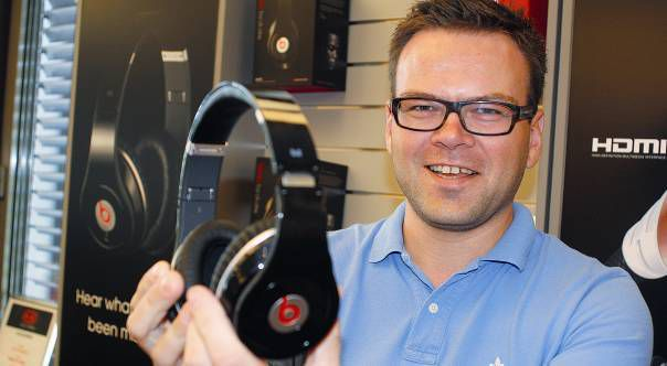 Klaus Johanssen i Interconnect AS med den nye hodetelefonen Beats by Dr. Dre.