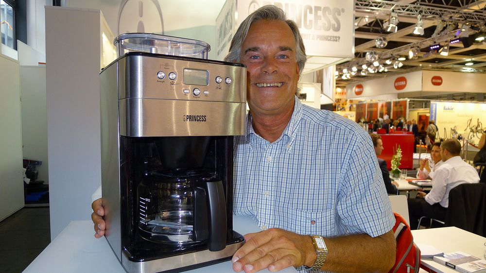 Direktør Jan Pettersson i Retro Electric AS viser den nye trakteren Princess Coffee Maker i stål. Pris: 1.700,-. Foto: Erik Andersen.