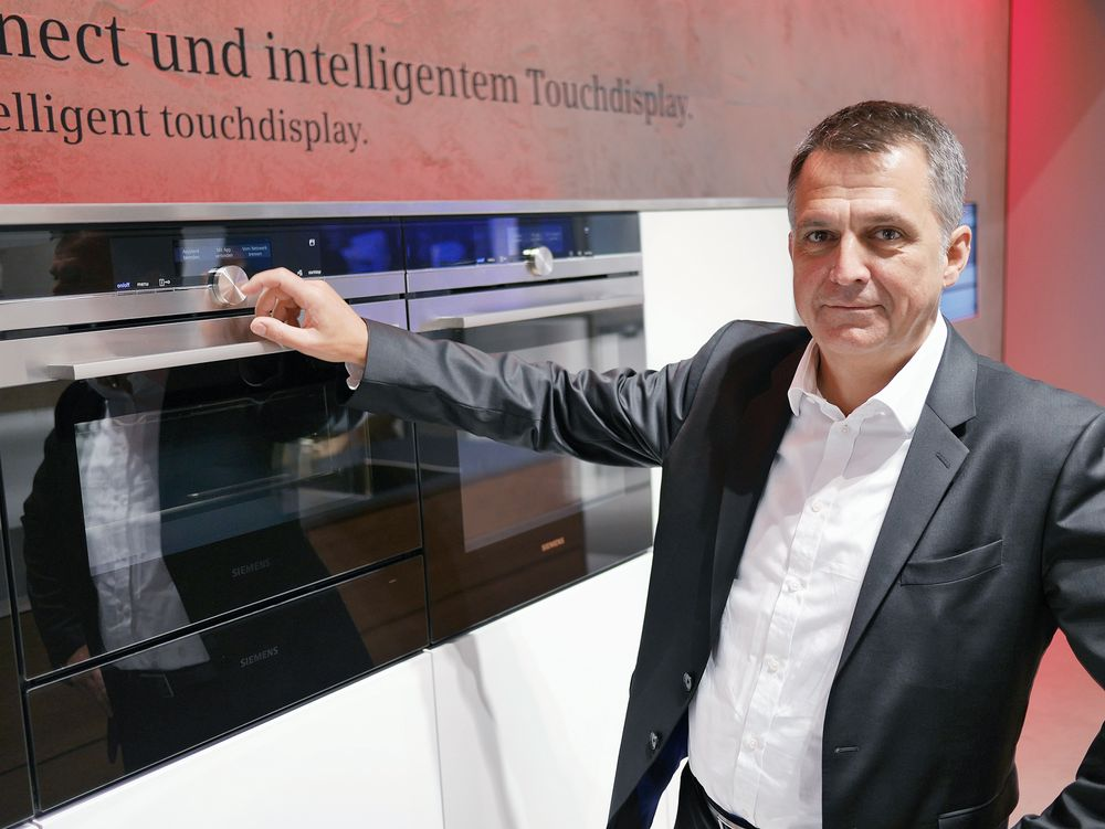 Designsjef ved Siemens Home Appliances, Gerhard Nüssler, viste iQ700 på IFA-messen i september. Foto: Stian Sønsteng