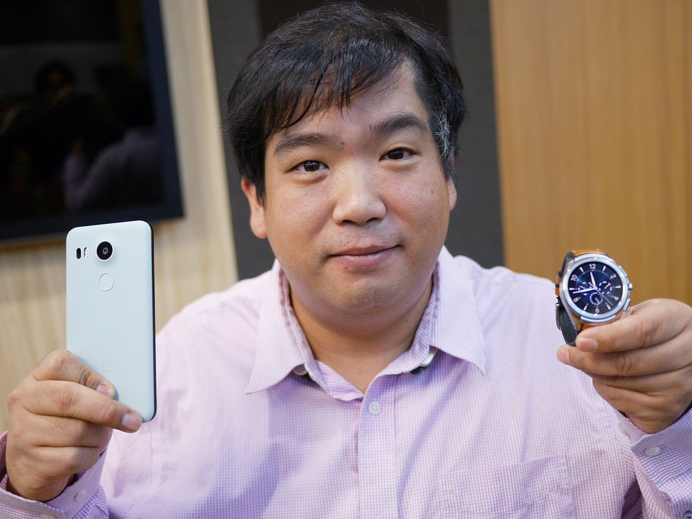 Sungjin Lee med Watch Urbane 2nd og Nexus 5X. Foto: Stian Sønsteng