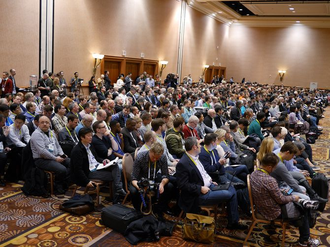 I 2016 deltok mer enn fem hundre journalister på pressemøtet til den amerikanske bransjeorganisasjonen, der Steve Koenig var en av hovedtalerne. På den nordiske bransje- og pressemiddagen trekker Koenig opp hovedlinjene for 2018. Foto: Stian Sønsteng
