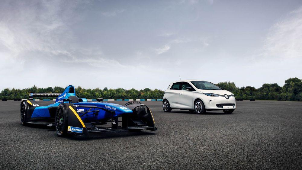 Begge disse bilene er elbiler, og det er ventet at fremtidige gatebiler vil nyte godt av utviklingen som skjer på den elektriske motorsportfronten.