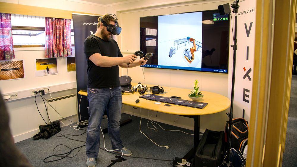 Rune Vandli med eget utstyr for VR. Med selskapet Vixel bidrar Vandli til å flytte VR-teknologien fra underholdningsindustrien til vareproduserende industri for opplæring, vedlikehold og prosjektering.