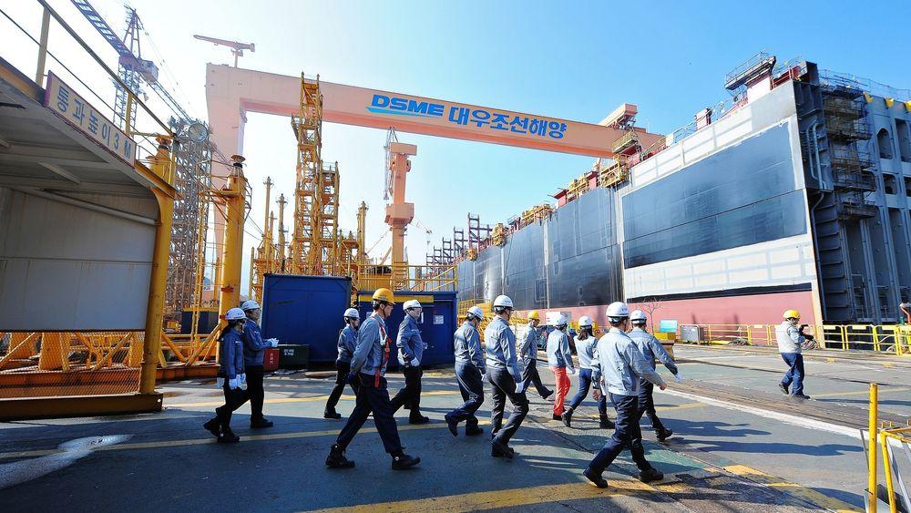 Daewoo-verftet er ett år forsinket med det nye norske logistikkskipet KNM Maud. Økonomisk krise og to dødsbranner pekes ut som medvirkende årsaker til forsinkelsen.