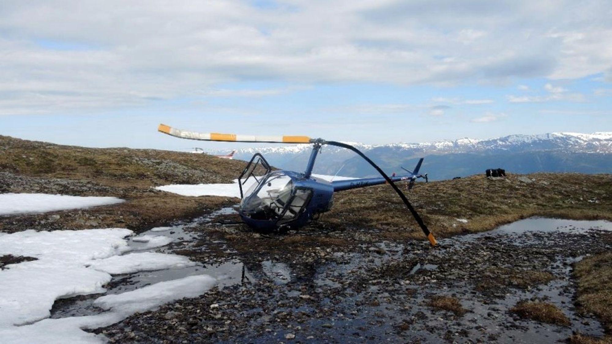 Det venstre understellet knakk og helikopteret veltet mot venstre. Rotoren slo i bakken. Her er det reist opp igjen for å unngå at det rant bensin ut.