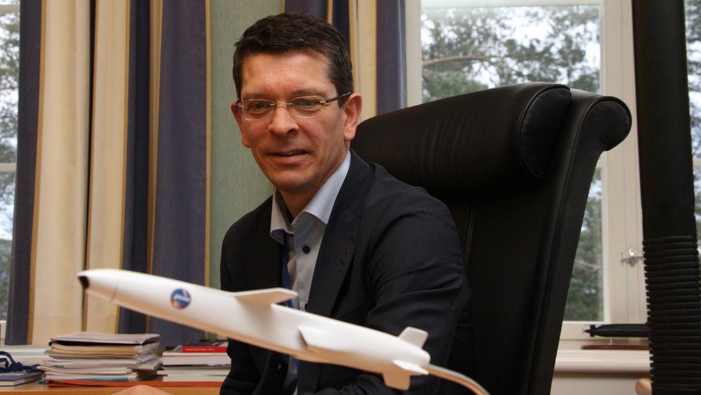 Geir Håøy har en modell av Naval Strike Missile på pulten sin ved hovedkontoret på kongsberg.
