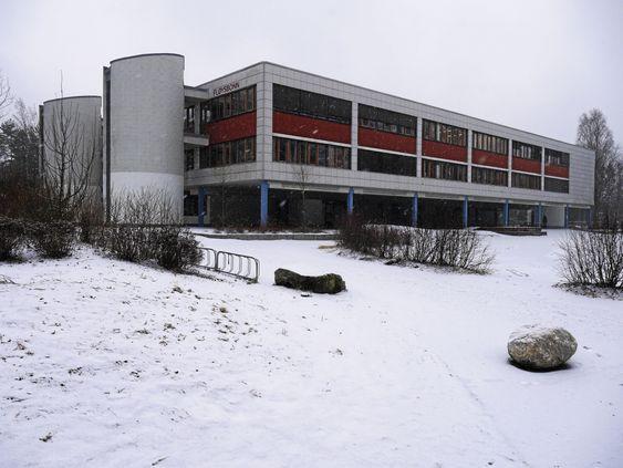 MANGE PLANER: Tanken er å omgjøre Fløysbonn-bygget fra ungdomsskole til barneskole. Slik ser bygget ut i dag.