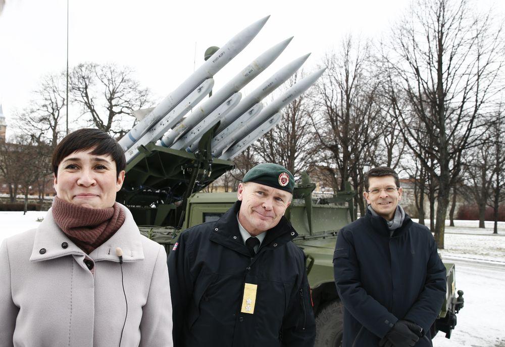 Forsvarsminister Ine Eriksen Søreide, sjef for hæren Odin Johannesen og konsernsjef i Kongsberg-gruppen Geir Håøy