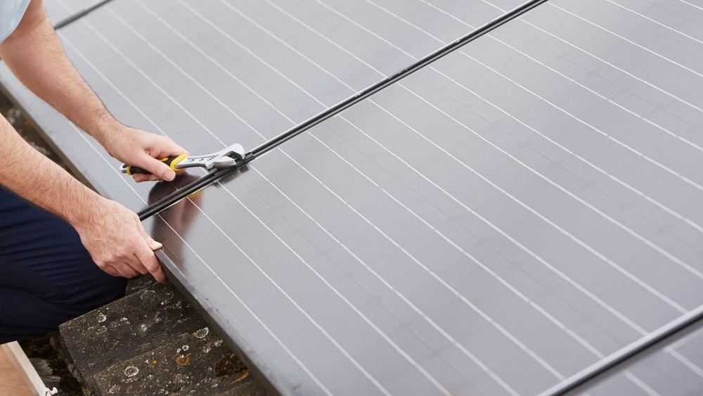 Installasjon av solcellepaneler krever mye manuelt arbeid. I USA er det flest soljobber i California.
