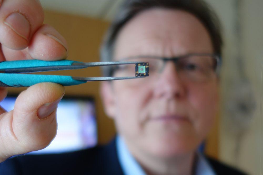 Inn i mobilen: Administrerende direktør i poLight, Øyvind Isaksen, viser frem den norske linsen som kan endre form på et tusendels sekund.