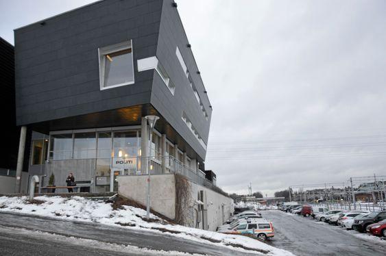 LIGGER HER: Det nye senteret ligger sentralt plassert i andre etasje i politihuset i Ski.