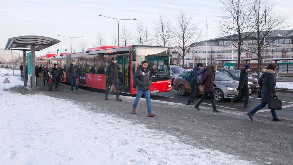 Det går i dag 50 busser i timen til Fornebu i rushtiden, det er ikke nok til å frakte alle arbeidstakerne på halvøya.