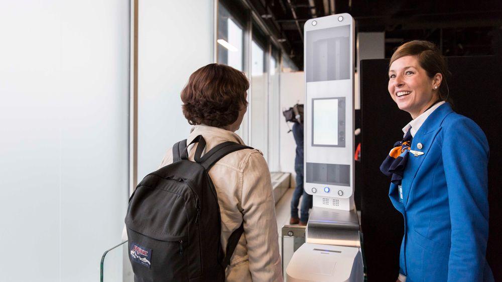 KLM tester teknologi for å skanne ansikter ved Schiphol. Det skal få folk raskere ombord på fly - og øke sikkerheten.