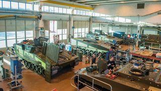 Levanger-fabrikken er som en bilfabrikk for tanks. Nå er de siste av de 32 vognene satt sammen