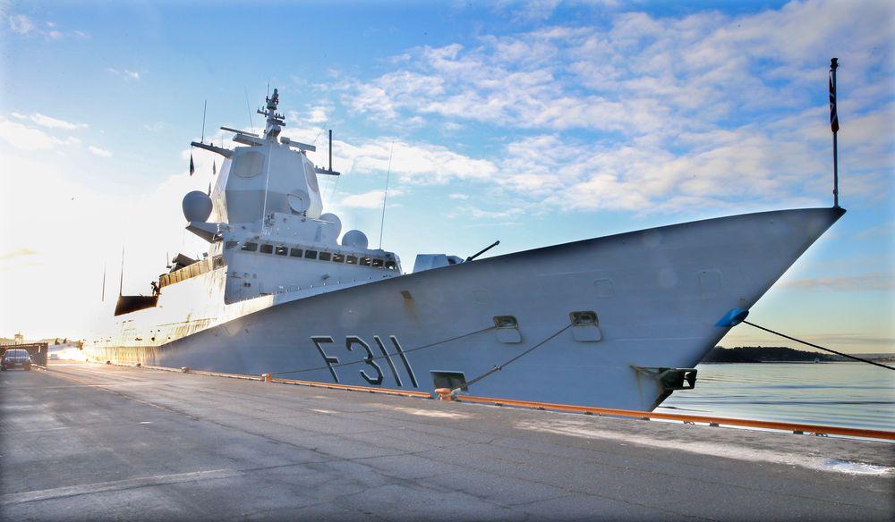Fregatten KNM Roald Amundsen ved kai i Oslo. Riksrevisjonen har pekt på store mangler ved de norske fregattene, og saken er fredag gjenstand for høring i Stortinget.