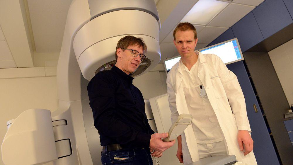 Eirik Malinen og Einar Dale ved en stråleterapimaskin på Oslo universitetssykehus.