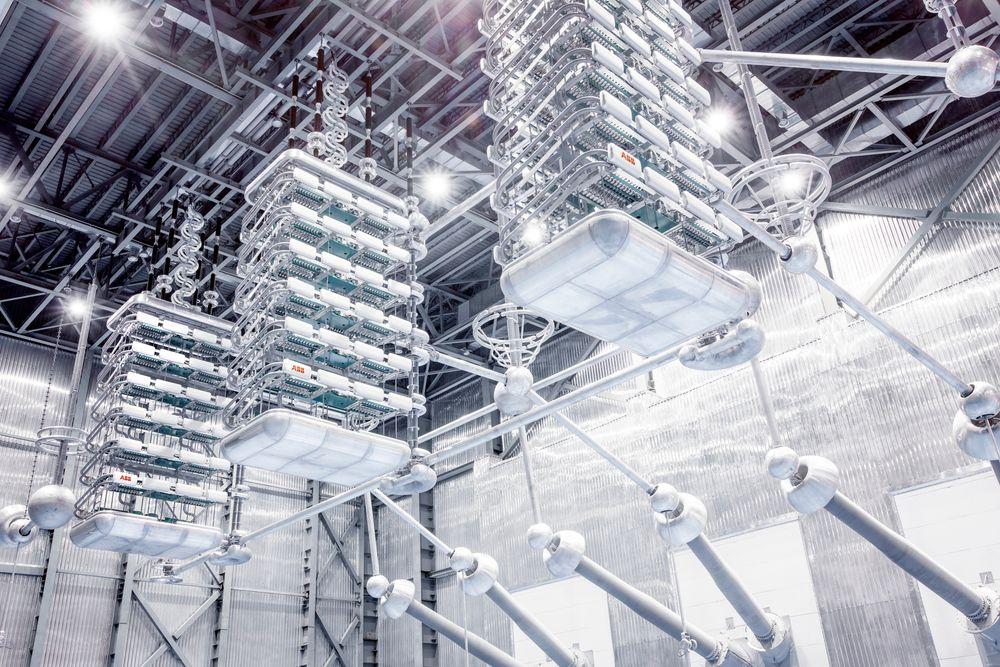 Store dimensjoner: Bildet viser vertikale kjeder av sammenkoblede tyristorer. Avhengig av kapasitetsbehov parallellkobler man mange slike kjeder.