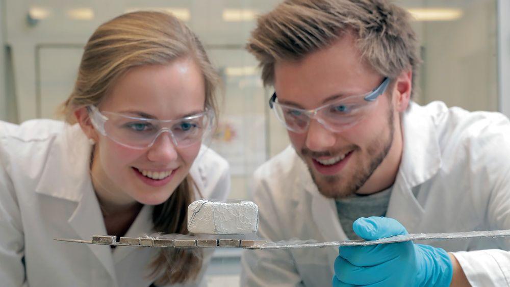 Materialteknologi: Studentene Karianne Skaar Fedje og Daniel Tevik Rogstad trives med masterutdanning i materialteknologi – her fotografert i laboratoriet ved NTNU.